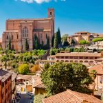Veduta della Basilica Cateriniana di San Domenico in una bella giornata di sole a Siena