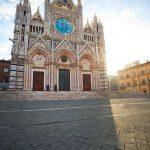 Cattedrale di Siena vista frontale alle prime luci dell'alba