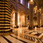 Interno del duomo di Siena dove si vede il famoso pavimento intarsiato