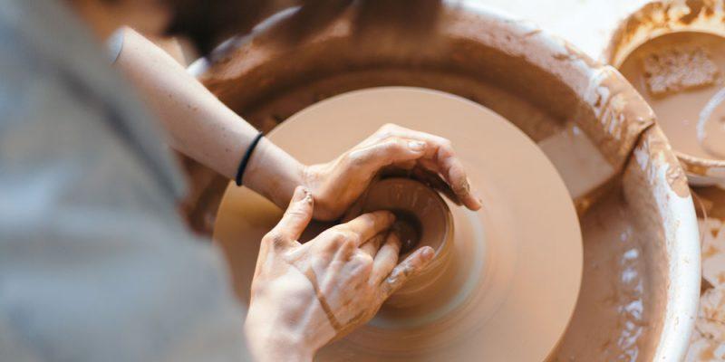 Dettaglio della lavorazione della Ceramica senese